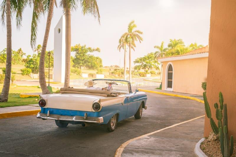 Rocznika klasyczny amerykański błękitny samochód obrazy royalty free