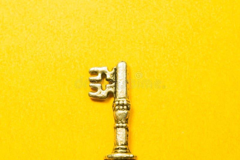 Rocznika klucz odizolowywający na żółtym tle obrazy royalty free