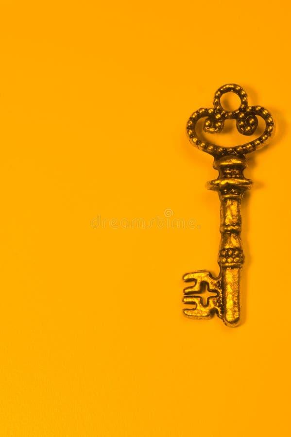 Rocznika klucz odizolowywający na żółtym tle zdjęcia royalty free