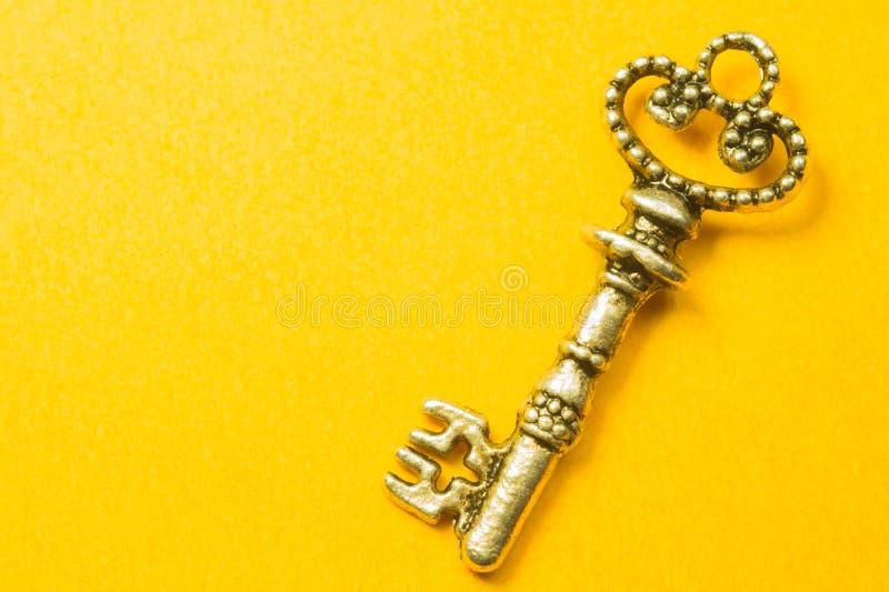 Rocznika klucz odizolowywający na żółtym tle obraz royalty free