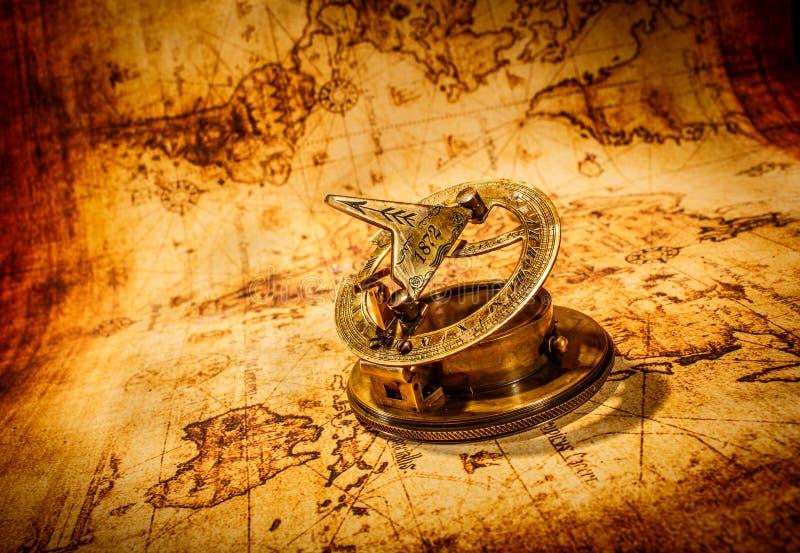 Rocznika kompas kłama na antycznej światowej mapie. fotografia stock