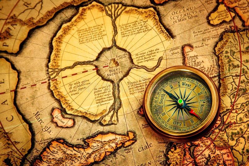 Rocznika kompas kłama na antycznej mapie biegun północny. zdjęcia royalty free