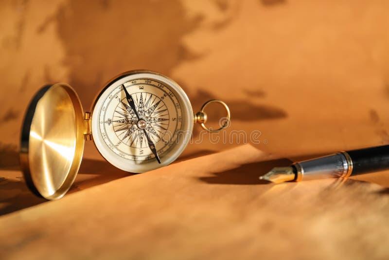 Rocznika kompas z starym prześcieradłem papieru i fontanny pióro fotografia stock