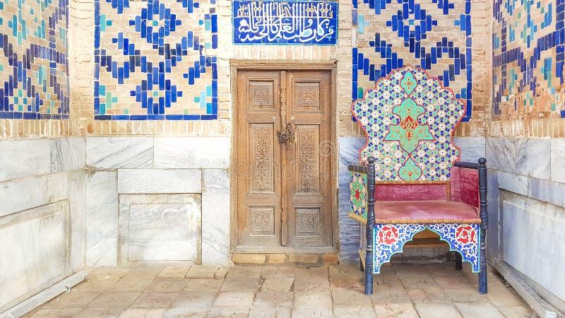 Rocznika krzesło z Muzułmańskim ornamentem przy wejściem antyczny meczet obraz royalty free