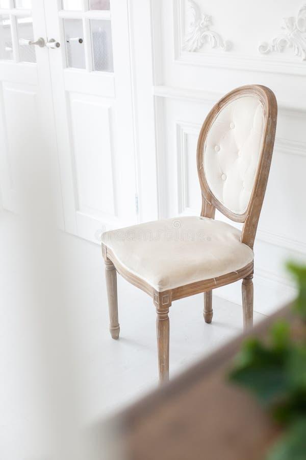 Rocznika krzesło z tekstylnym tapicerowaniem w luksusowym wnętrzu mi?kkie ogniska, obrazy royalty free