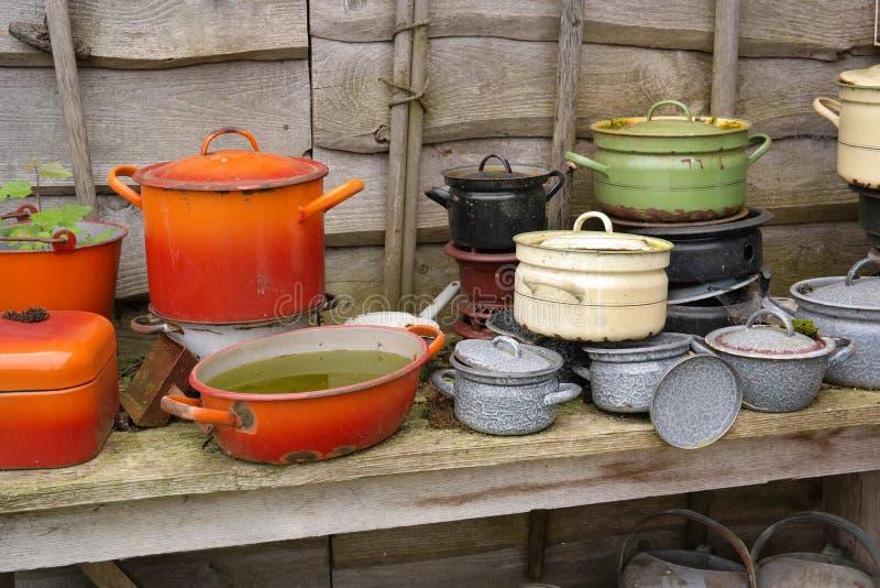 Rocznika kucharstwa emaliowa przekładnia fotografia stock