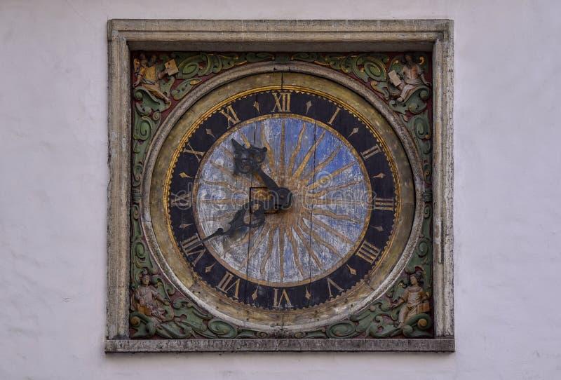 Rocznika kwadrata drewniany zegar na biel ścianie fotografia stock