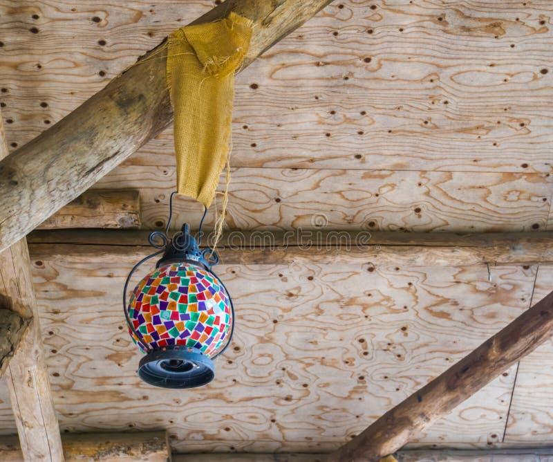 Rocznika lampion z stubarwnym szkłem, piękna retro dekoracja, ornamentacyjni światła zdjęcie stock