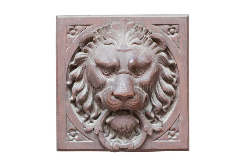 Rocznika lwa drewniana brown głowa odizolowywająca na białym tle lew kierownicza rzeźba - drzewo rzeźby cieśli drewniane fotografia stock