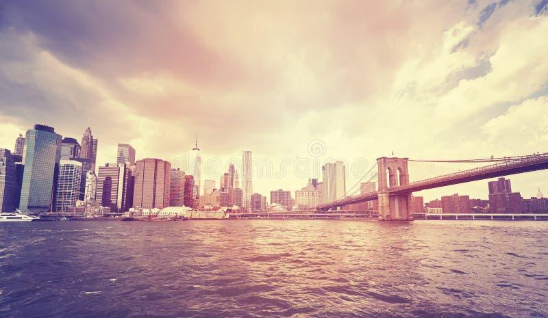 Rocznika Manhattan stylizowana linia horyzontu z mostem brooklyńskim obrazy royalty free