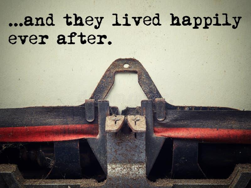 Rocznika maszyna do pisania żyli szczęśliwie kiedykolwiek po teksta zdjęcia stock