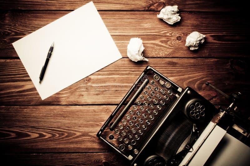 Rocznika maszyna do pisania i pusty prześcieradło papier obrazy royalty free