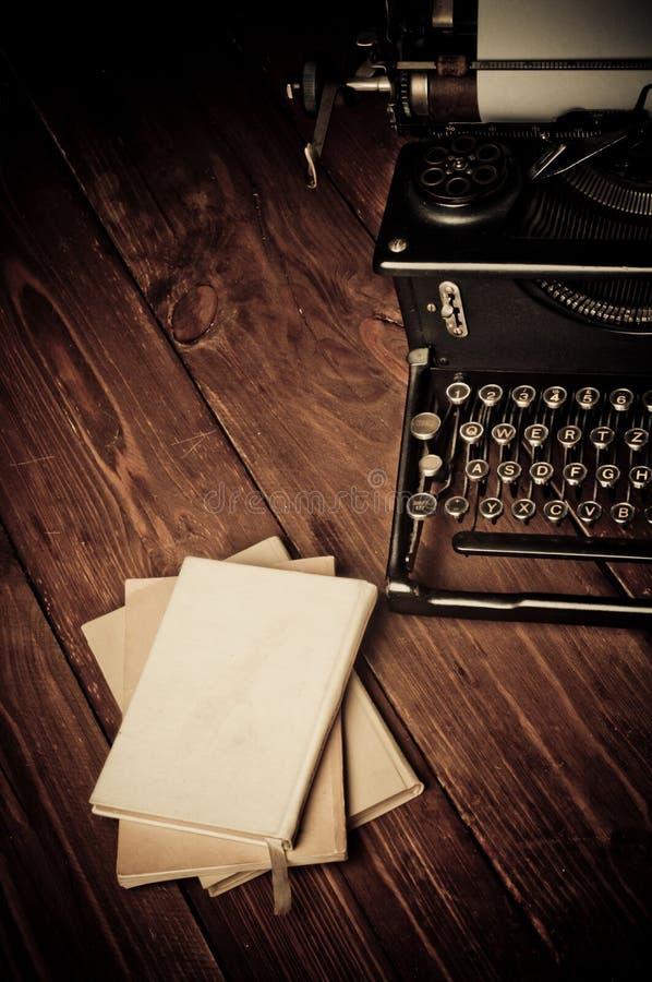 Rocznika maszyna do pisania i stare książki obraz stock