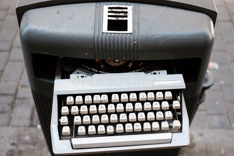 Rocznika maszyna do pisania na pojemnik na śmiecie zdjęcia stock