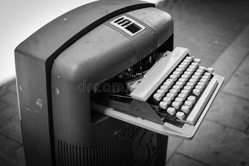 Rocznika maszyna do pisania na pojemnik na śmiecie fotografia royalty free