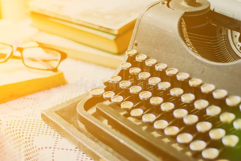 Rocznika maszyna do pisania, stare książki na stole zdjęcie royalty free