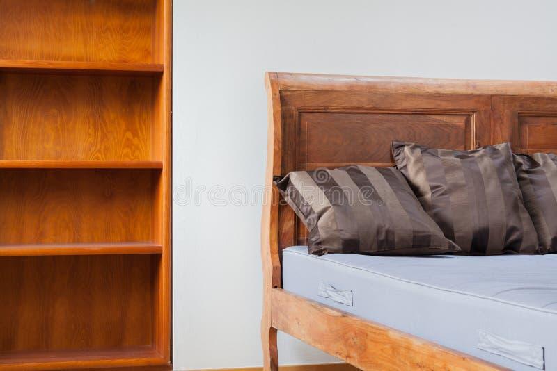 Rocznika meble wśrodku sypialni zdjęcie stock