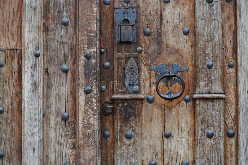 Rocznika metalu rękojeść na starym drewnianym drzwi, zbliżenie zdjęcie stock