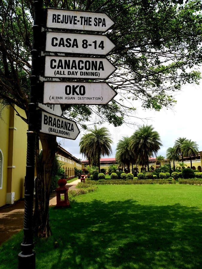 Rocznika metalu znaka deska Kierunku pointer przy Lalit kurortem w Goa zdjęcia royalty free