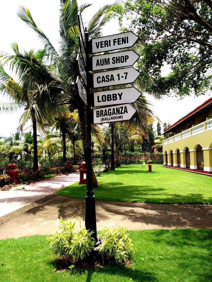 Rocznika metalu znaka deska Kierunku pointer przy Lalit kurortem w Goa obrazy royalty free