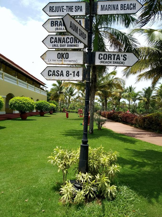Rocznika metalu znaka deska Kierunku pointer przy Lalit kurortem w Goa zdjęcie stock
