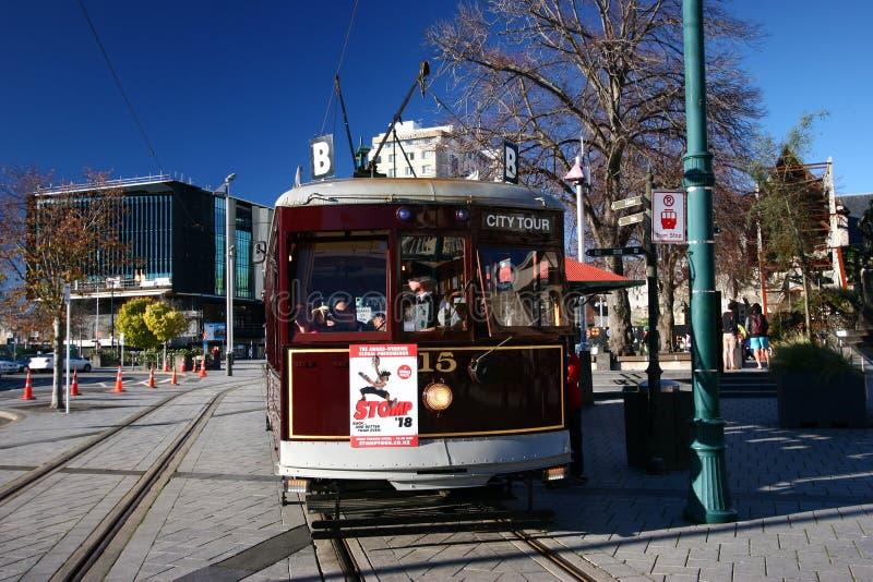 Rocznika miasta wycieczki turysycznej tramwaju czekanie przy tramwajową przerwą przy katedra kwadratem, Christchurch, Nowa Zeland zdjęcia stock