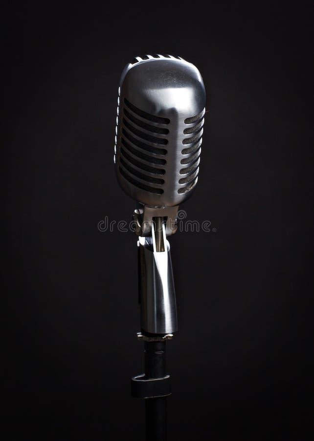Rocznika mikrofon na czarnym tle fotografia stock