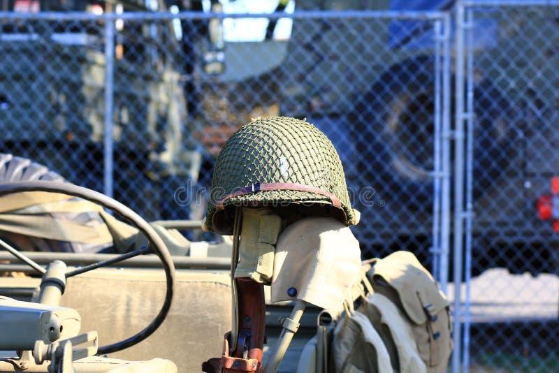 Rocznika Militarny hełm odpoczywa na dżipie obraz royalty free