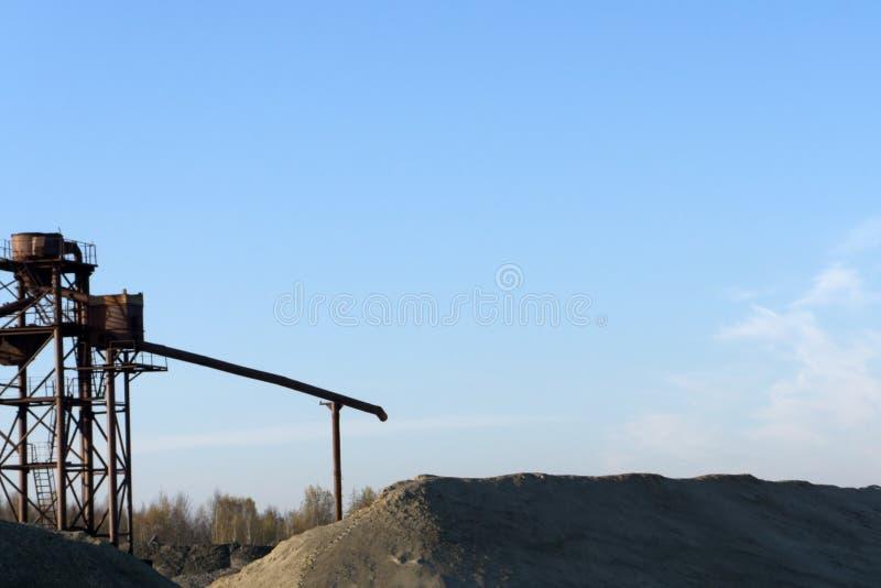 Rocznika modnisia stylu retro skutek filtrujący wizerunek Przemysłowy tło - gniotownik skały kamienia miażdżąca maszyna przy otwa zdjęcie stock