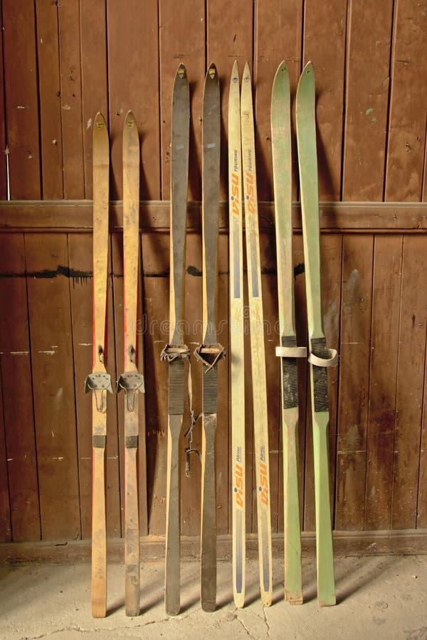 Rocznika narciarski ` s przeciw drewnianej ścianie zdjęcia royalty free