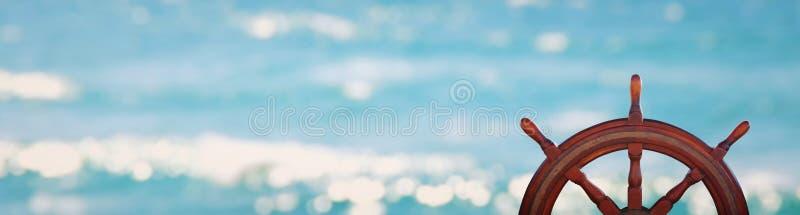 Rocznika nautyczny szczegół kierownica statek przed morzem sztandar zdjęcia royalty free