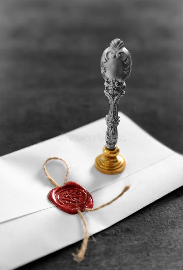Rocznika notariusza znaczek i pieczętujący dokument na popielatym tle zdjęcie royalty free