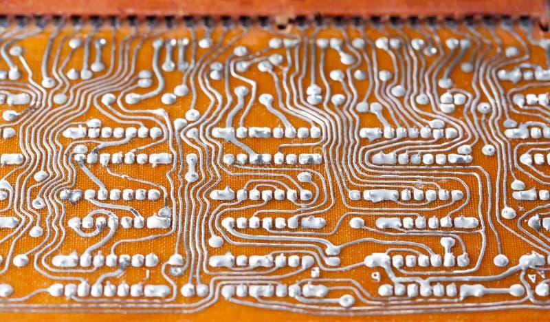 Rocznika obwodu deska z lutowanie śladem Zadka brown elektronicznego układu scalonego retro stylowy projekt Makro- widok, płytka  fotografia royalty free
