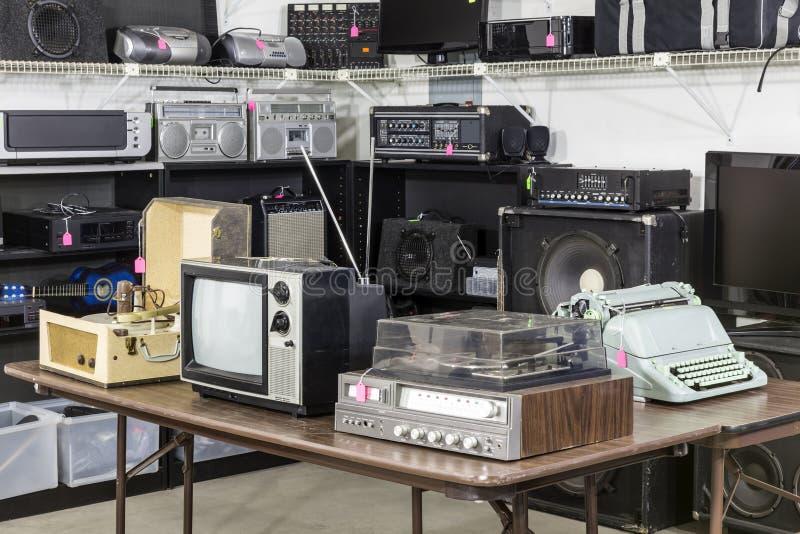 Rocznika oszczędzania sklepu elektronika teren fotografia royalty free