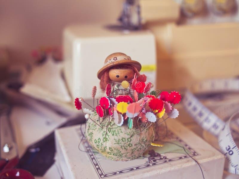 Rocznika pincushion lala z kolorowymi igłami zdjęcia royalty free