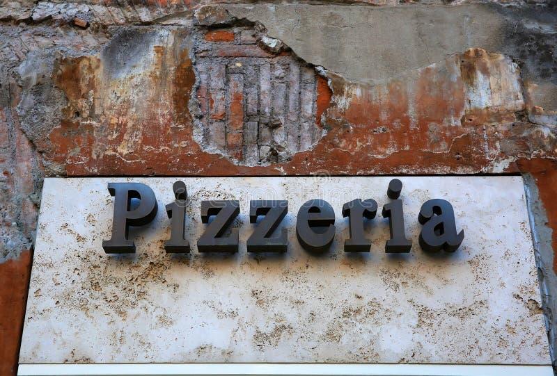 Rocznika pizzeria podpisuje wewnątrz Włochy zdjęcia stock
