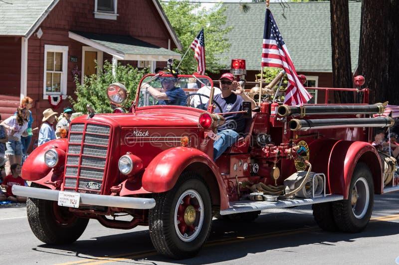 Rocznika Pożarniczy silnik na paradzie w Graeagle, Kalifornia zdjęcie royalty free