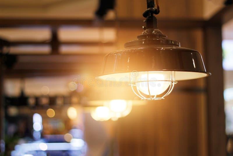 Rocznika podsufitowy światło dekoracyjny w sklep z kawą zdjęcie royalty free