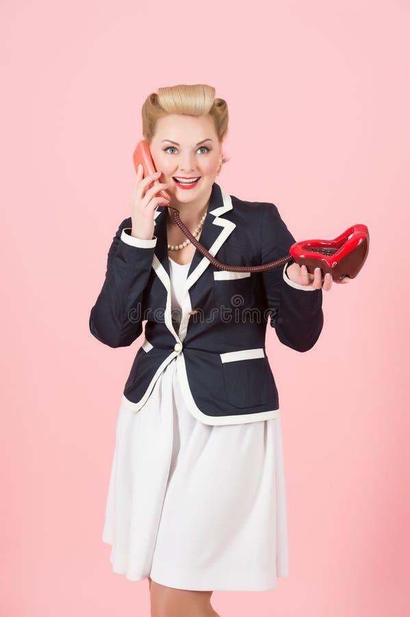 Rocznika portret blondynki kobieta z wargami dzwoni w szpilka stylu sukni z copyspace terenem dla sloganu lub reklamowej wiadomoś zdjęcia stock