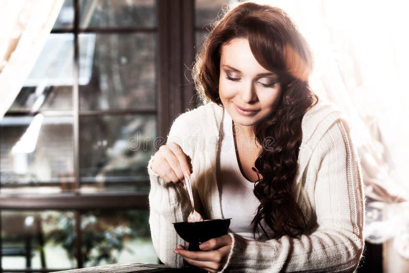 Rocznika portret kobiety łasowania deser zdjęcie stock