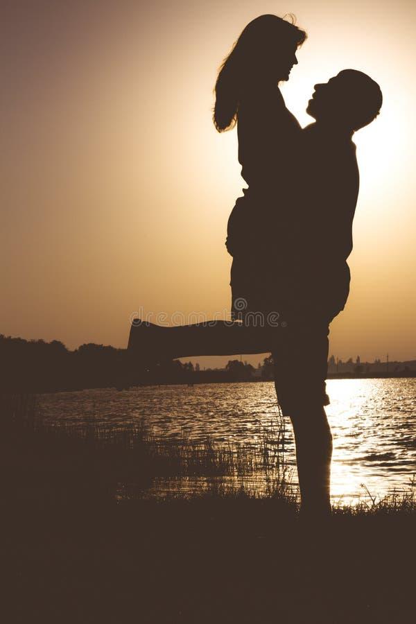 Rocznika portret miłości pary przytulenie na bankach rzeka przy świtem w lecie obrazy stock