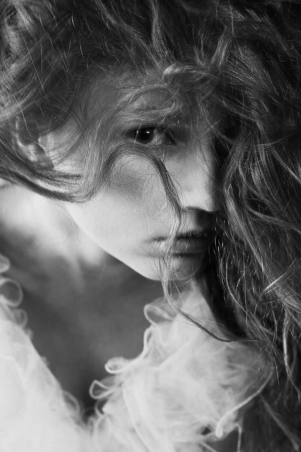 Rocznika portret piękny jak młodej kobiety pozować zdjęcia royalty free