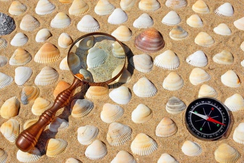 Rocznika Powiększać - szkło i kompas obrazy royalty free