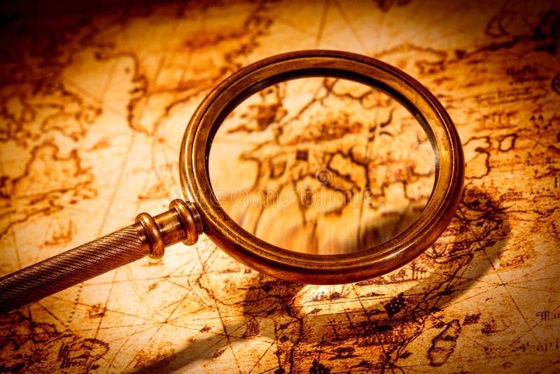 Rocznika powiększać - szkło kłama na antycznej światowej mapie obrazy royalty free