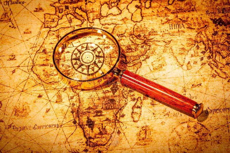 Rocznika powiększać - szkło kłama na antycznej światowej mapie zdjęcie royalty free