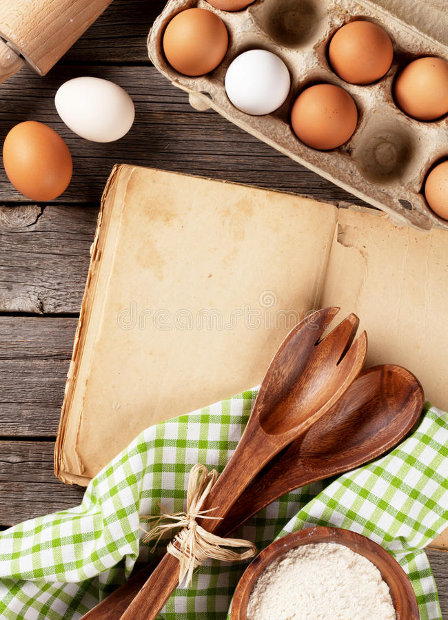 Rocznika przepisu książka, naczynia i składniki, obraz royalty free