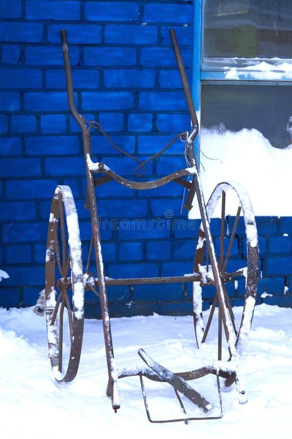 Rocznika ręczny wózek inwalidzki dla transportów naczyń na żelaznych kołach zdjęcia royalty free