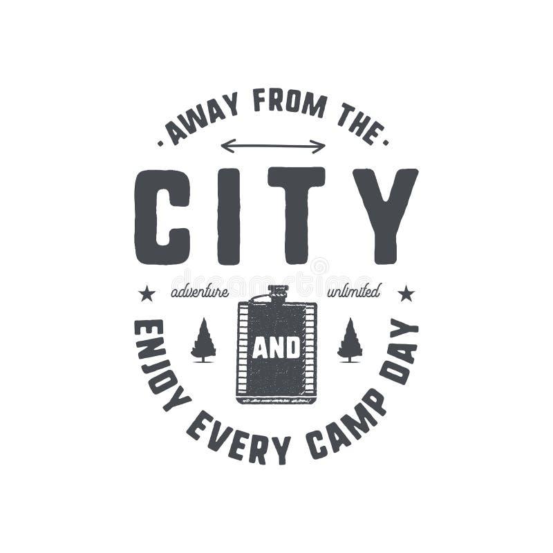 Rocznika ręka rysujący campingowy emblemat i odznaka Wycieczkować etykietkę Plenerowej przygody inspiracyjny logo Typografia retr ilustracji