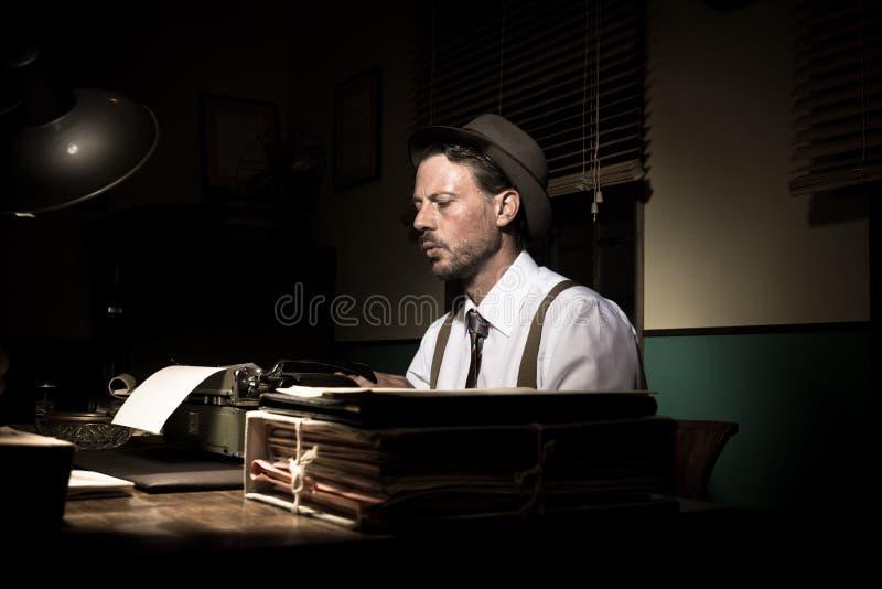 Rocznika reporter pracuje póżno przy nocą obraz royalty free