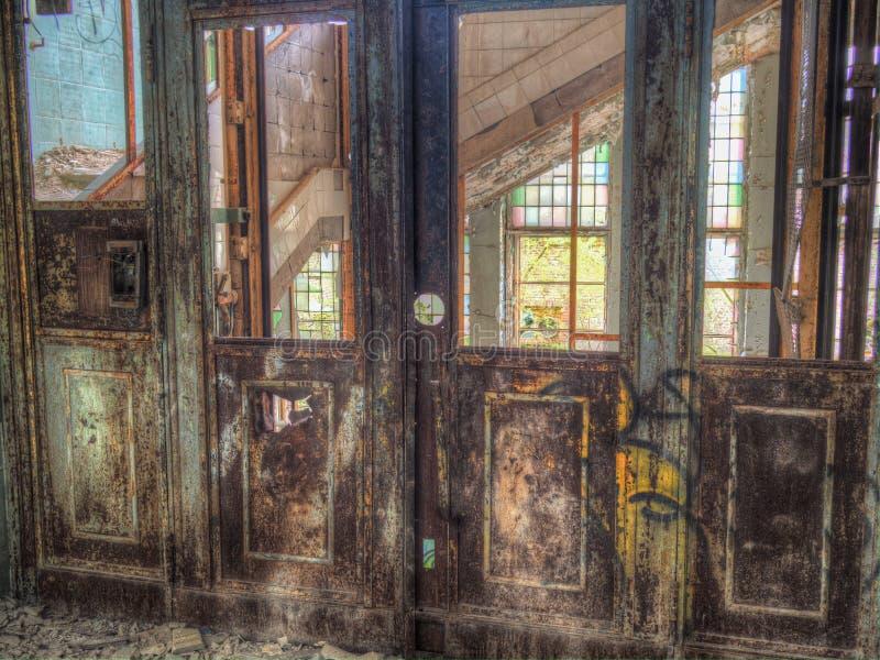 Rocznika retro drzwi stara winda obraz stock